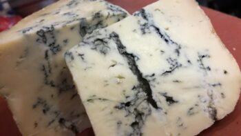 queso azul de hojas