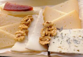 Tabla de cinco quesos españoles